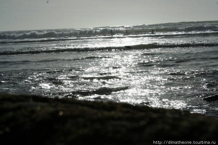 солнечная дорожка упирающаяся тебе в ноги и влекущая туда где в борьбе со стремительными потоками воды ты ощущаешь с частицами соли на губах и ресницах неразбавленный и такой пьянящий вкус восторга
