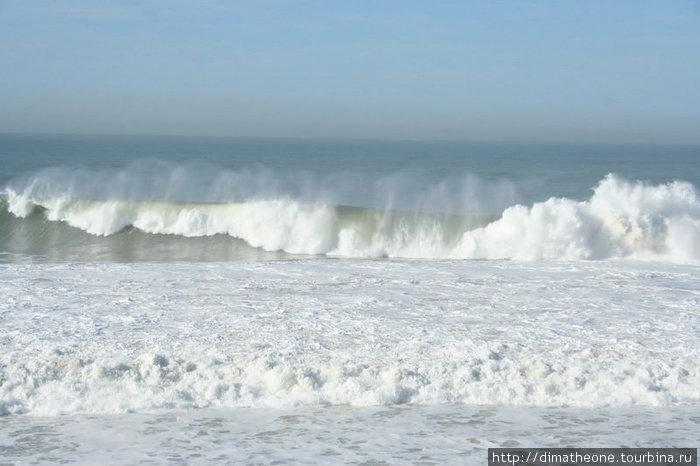 порою волнам наскучивает легонько плескаться для услады людей и он немного раскрепостившись резвится в свое удовольствие так что новичку лучше поостеречься от того чтобы попробовать покорить его волны