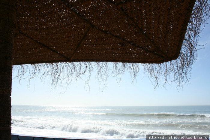 плетенный зонтик в дни когда царит изнуряющий зной дарует махонький квадратик тени забившись в который так сладко потягивать чай и завистливо охать, глядя как отчаянные удальцы сигают с волны на волну