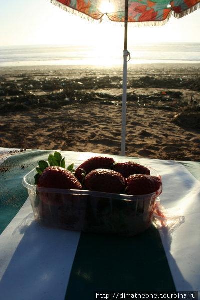 цветастый грибок зонтика, лежак расписанный под узор моряцкой тельняшки, толика освежающих ягод и теперь заката можно ждать вечно :)