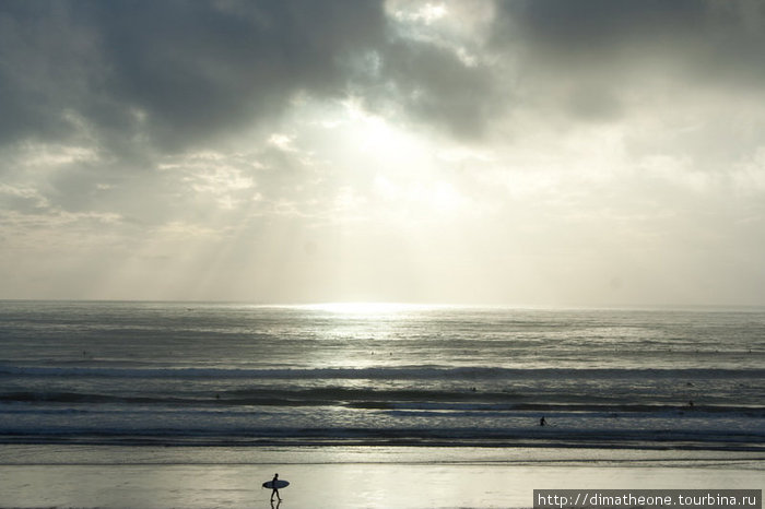 когда ты еще стоишь на берегу, прижимая к себе борд, а лучики солнца проказливо скачут по волнам-непоседам — как никогда отчетливо удается прочувствовать терпкий и острый вкус жизни
