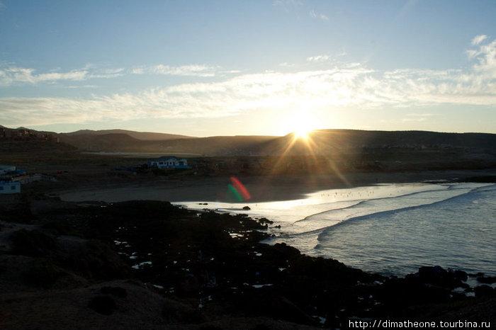 пока еще пустынный пляж близ Скалы Дьявола — но уже настает новый погожий денек, так что айда, прокатимся! ;)