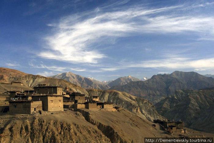 Мы заночевали в одном буддистском монастыре. Он стоит отдельно на холме, а с холма открывается шикарный вид на небольшую деревню.