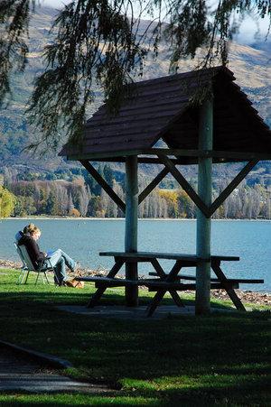 На берегу озера Ванака... вдоль которого нам предстоит ехать ещё не один час.