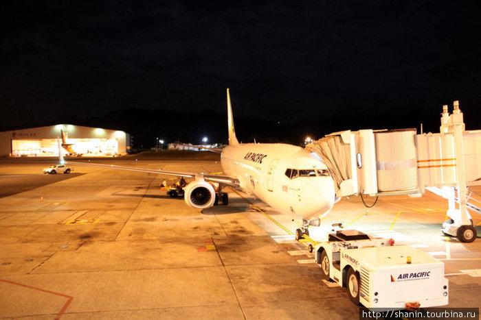 Самолет Air Pacific на взлетном поле