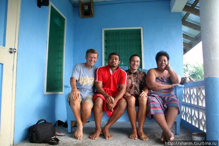 С гостеприимными хозяевами на веранде их дома в деревне Ива