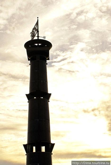 Гранитная колонна в виде маяка с флюгером и указателем