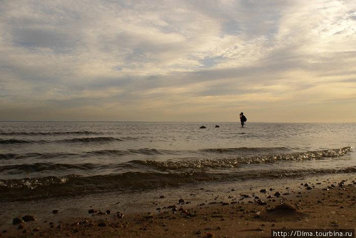 Фотограф по колено в заливе.