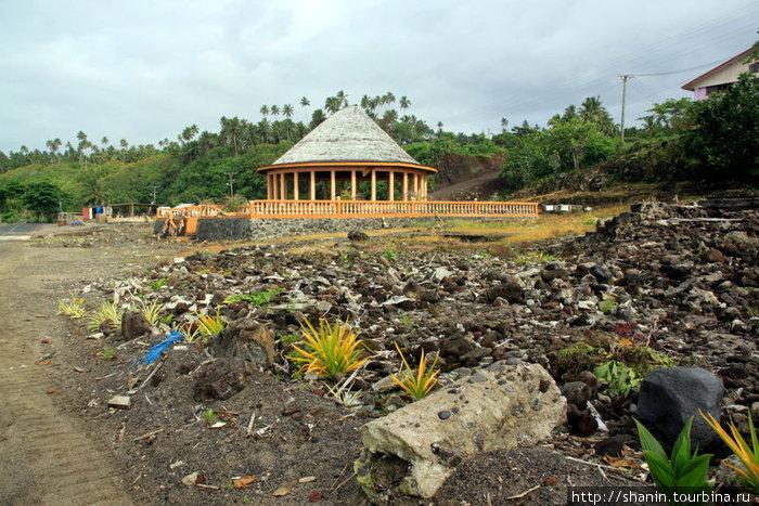 В деревне многие дома полностью разрушены — осталась только груда мусора.