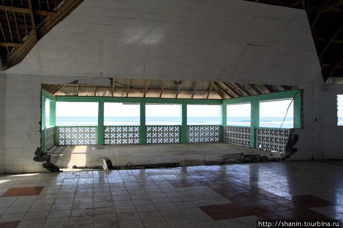 Полуразрушенный ресторан на самом берегу