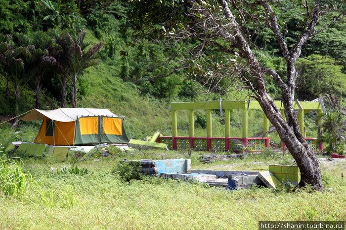 Приходится жить в палатке — дом-то разрушен