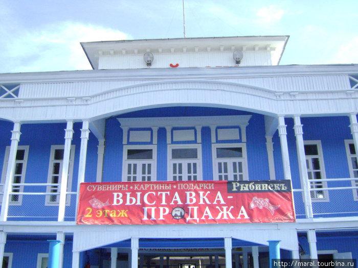 В нынешнюю навигацию капитально отремонтированный дебаркадер стал одновременно речным вокзалом, летним музеем, выставочным залом и сувенирной лавкой