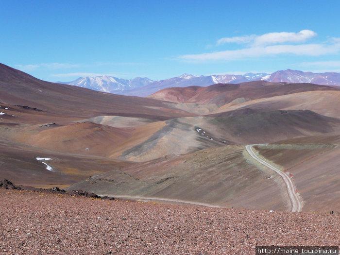 Мы съехали с транс-американской дороги № 5 и по грунтовой дороге поехали на северо-восток к Аргентине,чтобы потом  200 км ехать по самой вершине Анд к затерянному городку Сант Салвадор.
