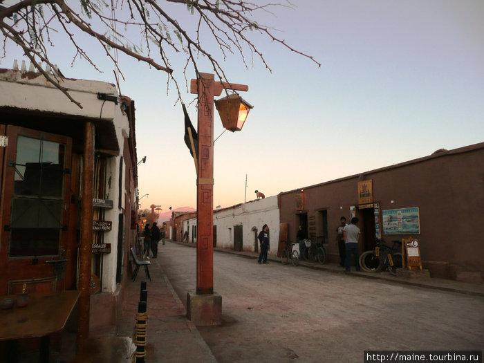 Сан Педро де Атакама .Городские власти пытаются сохранить  город  каким  он был сотню лет назад,чтобы привлечь туристов.Гостиниц валом,предлагают за 150 долл. найдете отличный номер за 25.на двоих.