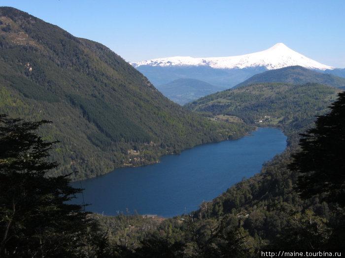 Чили к югу от Сантьяго. Вулкан Вилларика в дистрике Озер.