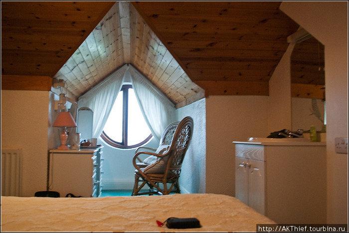 Изнутри: слева на тумбочке телевизор, справа — дверь в маленькую туалет/душевую. Стена, конечно, сплошная иллюзия =) Но в целом, мило