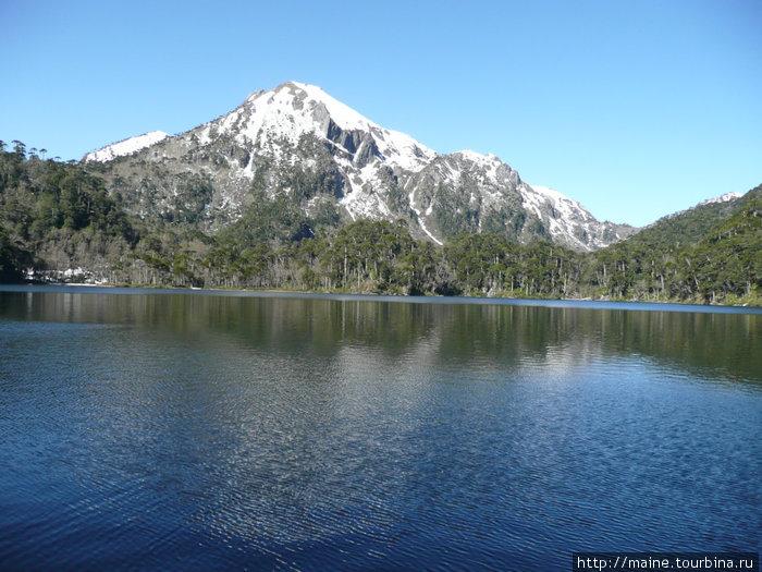 В национальном парке к востоку от Виларики. Озеро расположено на высоте  и  окружено необычными хвойными  лесами.