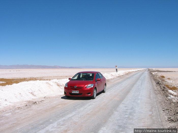 В соленой долине  Атакама.Дорога хорошо укатана, можно ехать на сколько позволяет спидометр.Мы здесь за день не встретили никого.