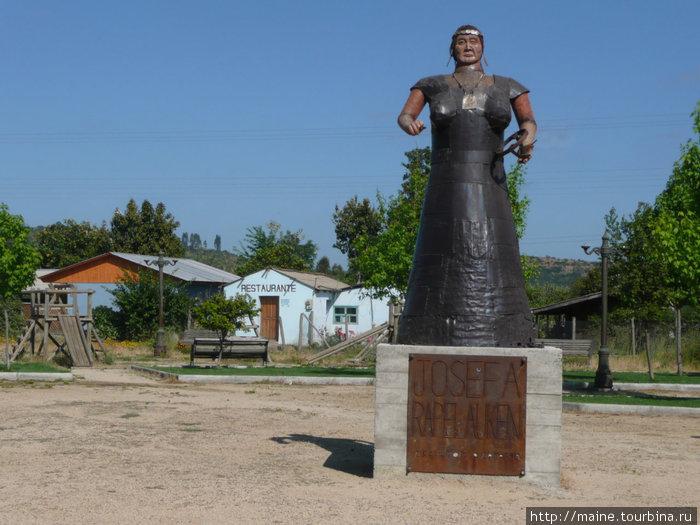 Проезжаем  маленькую деревеньку,наверное Плаза де Армас с памятником.