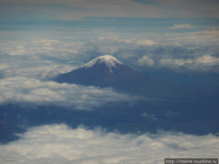 Летим в Лиму над вулканом в Эквадоре.