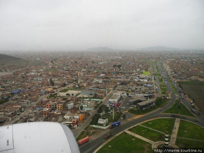 Самолет идет на посадку в Лиме.