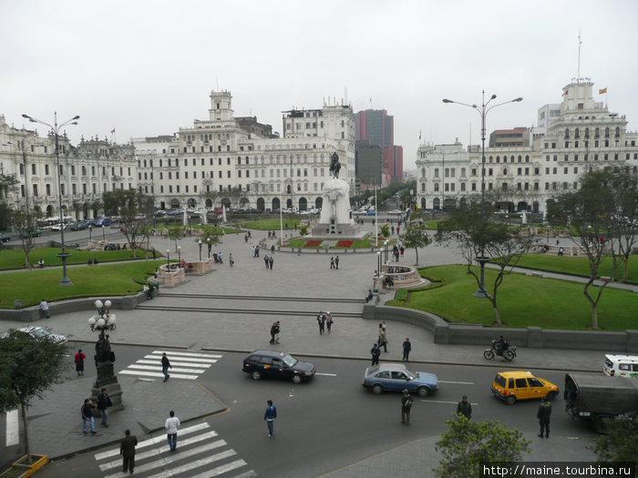 Вид из нашего окна на площадь генерала Сан Мартин.