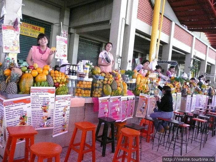 На рынке в Арекипе девушки предлагают свежевыжатый сок на любой вкус.