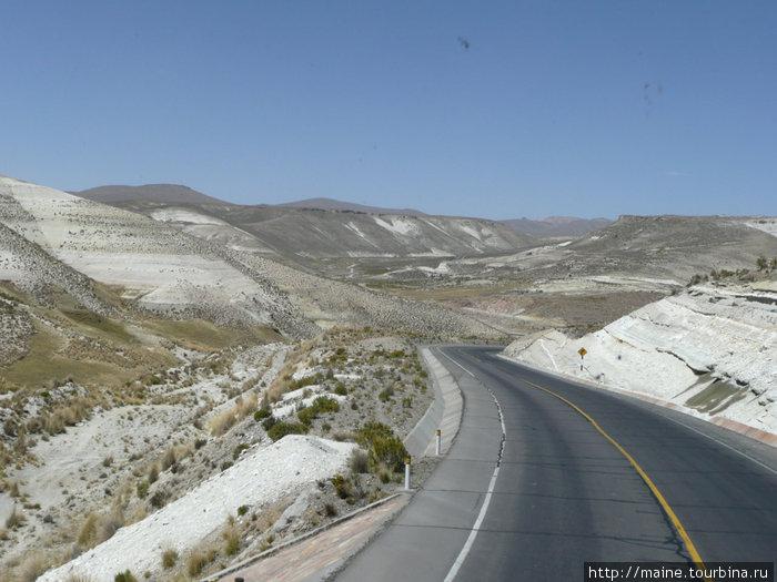 В Андах,на большой высоте над уровнем моря.Дорога от Арекипы в Пуно.