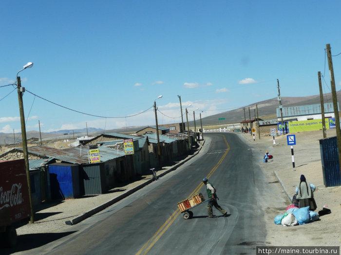 Деревня в Андах.Люди ждут автобус.