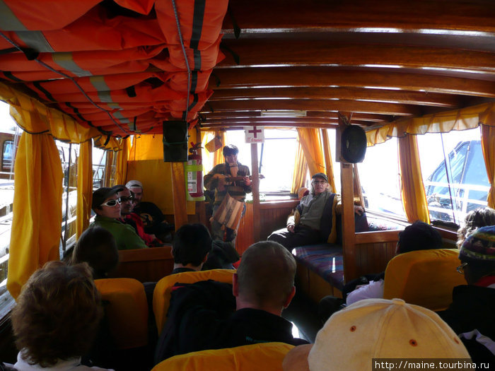 На озере Титикака.Нас гид развлекает на балалайке-кечуа.