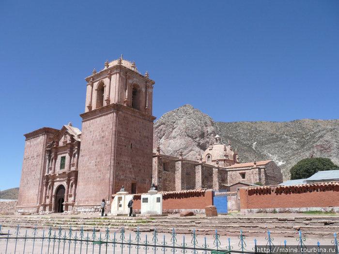 По дороге из Пуно в Куско мы посетили церковь, выстроенную в 16-17 веках на месте храма Инков.