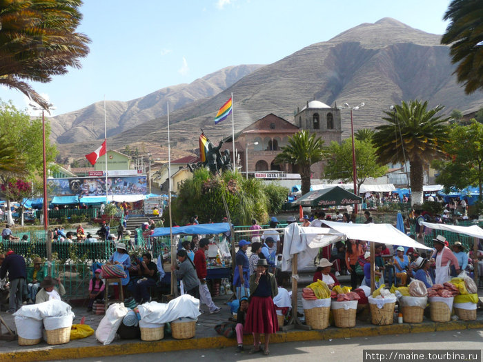 Торговля вдоль дороги.Гид нам обяснил,что флаг цветов радуги -это перуанский флаг Куско,так как многие туристы принимают его за флаг солидарности с геями.Перуанцы этих извращенцев очень не любят