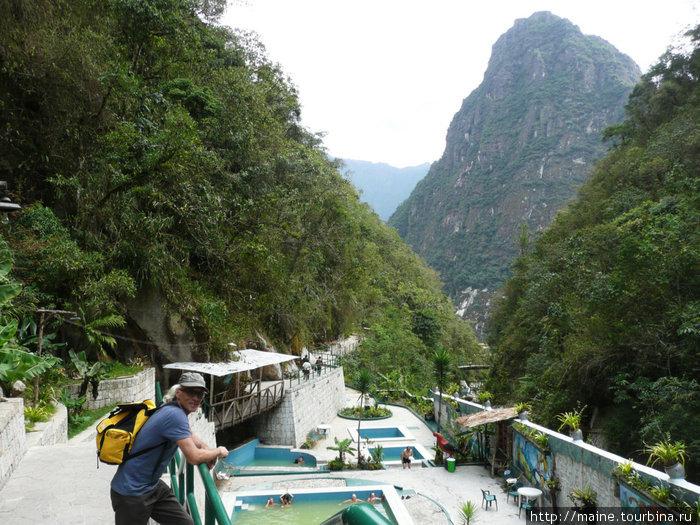 Сероводородные термы в Агуас Калиентес с видом на гору  Waynapicchu, за которой Мачу Пикча.