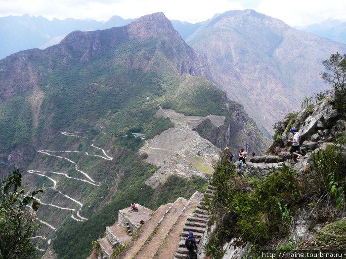 С вершины Waynapicchu 2750м.хорошо видна серпантинная дорога, по которой ездят автобусы на Мачу Пикча и обратно в Агуас Калиентес.На Waynapicchu  имеется много каменных строений,какие не видно снизу.