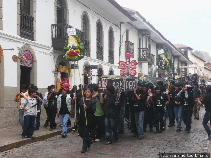Студенты в Куско символично хоронят городские налоги,которыми правительство обложило жителей города.