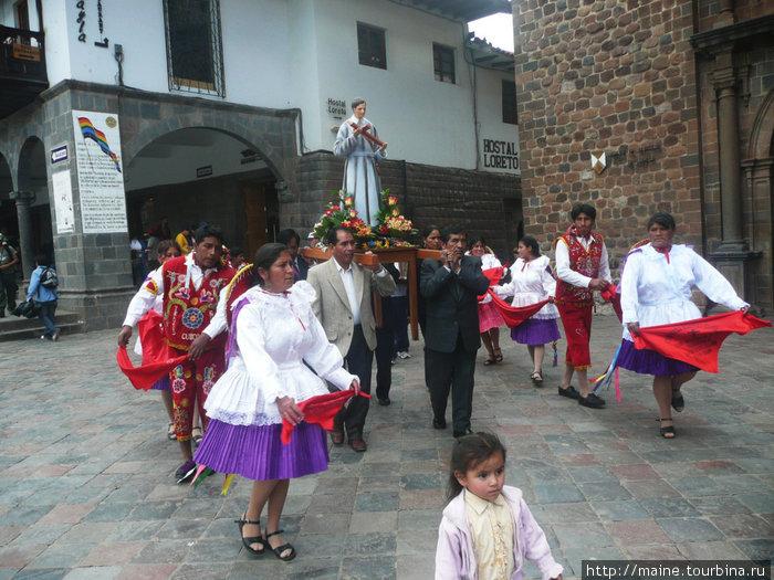 В Куско одна процессия сменяет другую.
