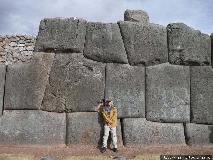 На окраине Куско.Вес камушков тон 120. Их сюда притащили с гор за несколько десятков км.