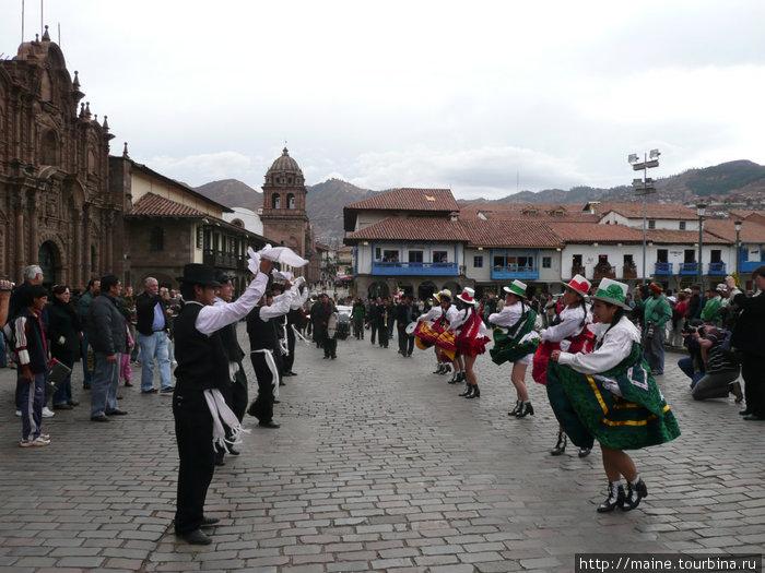 В Куско маскарад,торжества и танцы каждый день.