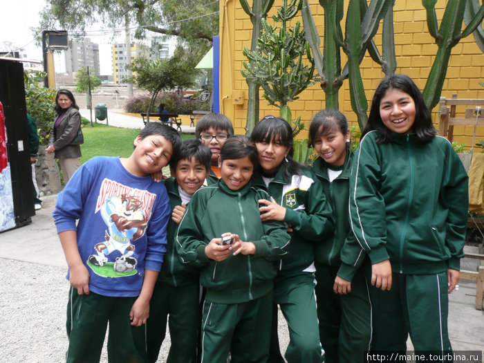 Школьники позируют Ире. Лима.