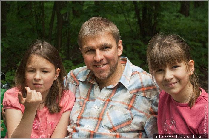 Очень мне понравились папа с дочками. Вид они собой являли удивительный. С нескончаемой любовью папа смотрел на дочек, обнимал, а они ему разом что-то рассказывали каждая в свое ушко, а он улыбался
