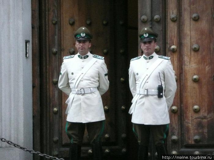 Охрана Президентского дворца Ла Монеда.