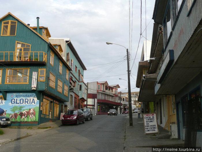 Наш хостел (зеленый) на острове Чилое г. Анкуд.