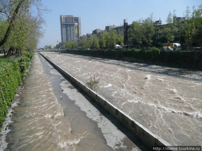 Река Мапуча протекает через Сантьяго. Согласно сообщениям ТАСС от 11 сентября 1973 сюда зашла американская подводная лодка для свержения социалиста-миллионера Альенде.