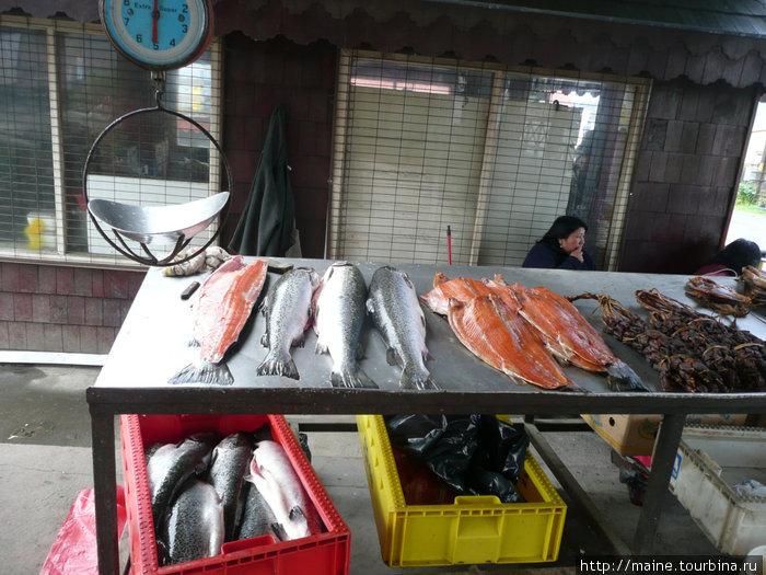 На рыбном рынке в Пуерто -Мотт. Мы здесь набрали в дорогу копченой семги за 3 долл.за увесистую упаковку.