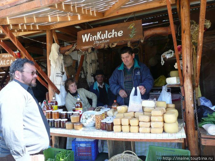 В Виларике на рынке мы загружаемся сырами 4 долл.один.,банками натурального меда -3 долл.