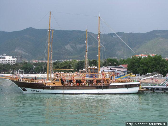 Парусно-моторное судно
