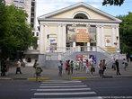 Кинотеатр с рекламой выставки всяческих редких тварей