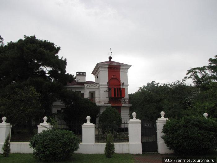 Створный (старый) маяк на набережной.
