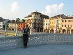 Площадь окружают великолепные дворцы XV — XVII веков