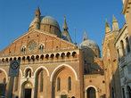 Шедевры Донателло  украшают главный алтарь (рельефы и бронзовые статуи )